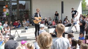 «Es Isfäld im Winter, wenn de Huusabwart mag»: Dabu Fantastic spielen für die Lengnauer Schüler
