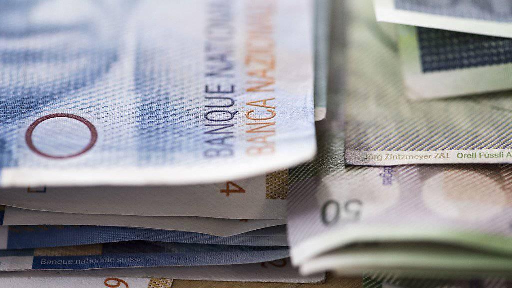 Mehrere tausend Franken sind an die Betrügerin in Martigny VS geflossen. (Symbolbild)