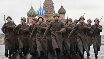 Militärparaden (wie hier in Moskau in historischen Uniformen) werden in Russland mehrmals jährlich veranstaltet. Nicht zuletzt, um der Welt die eigene militärische Stärke zu demonstrieren. Bild: Yuri Kochetkov/Keystone