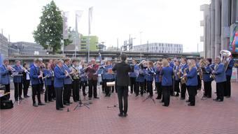 Letztes Jahr gaben 50 Musikvereine an 50 Orten im Aargau gleichzeitig ein Platzkonzert. Beim Neumarkt in Brugg spielten zum Beispiel die Stadtmusik Brugg und die Musikgesellschaft Eintracht Windisch.