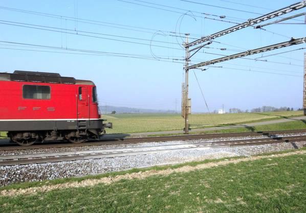 Mit verminderter Geschwindigkeit rollt ein Zug von Stein-Säckingen bergan in Richtung Eiken-Frick.