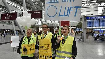 Streikende Lufthansa-Flight-Attendants am Flughafen Düsseldorf.