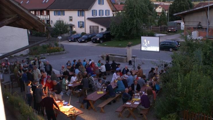 Schon lange vor Filmstart läuft die Festwirtschaft auf Hochtouren. Nach dem Eindunkeln heisst es um 21.15 Uhr: Film ab!