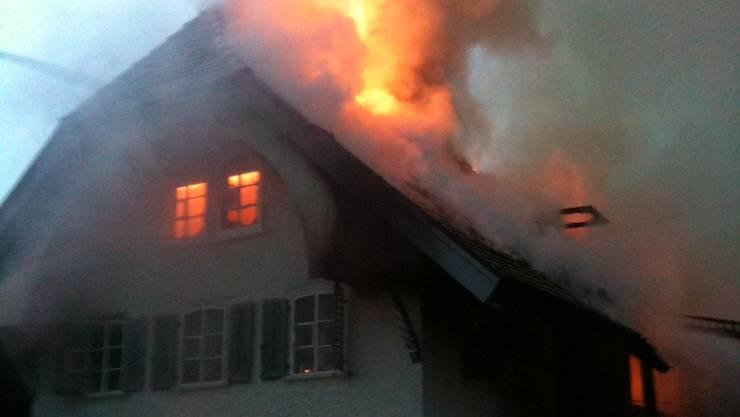 Ein altes Bauernhaus in Flaach hat gebrannt. (Symbolbild)