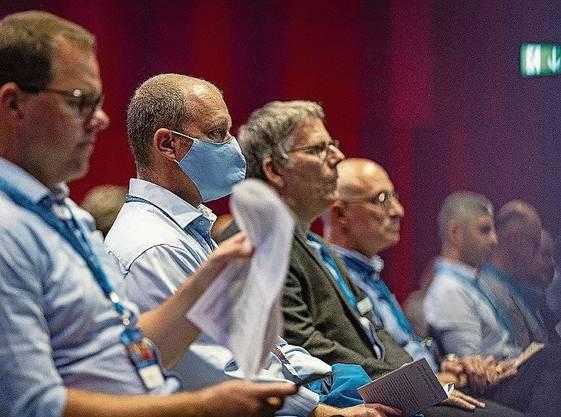 Nur Einzelne mit Maske im Publikum, aber mit Abstand.