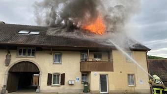 Nach dem Brand des Dachstocks sind zwei Wohnungen im Mehrfamilienhaus in Küttigen AG nicht mehr bewohnbar.