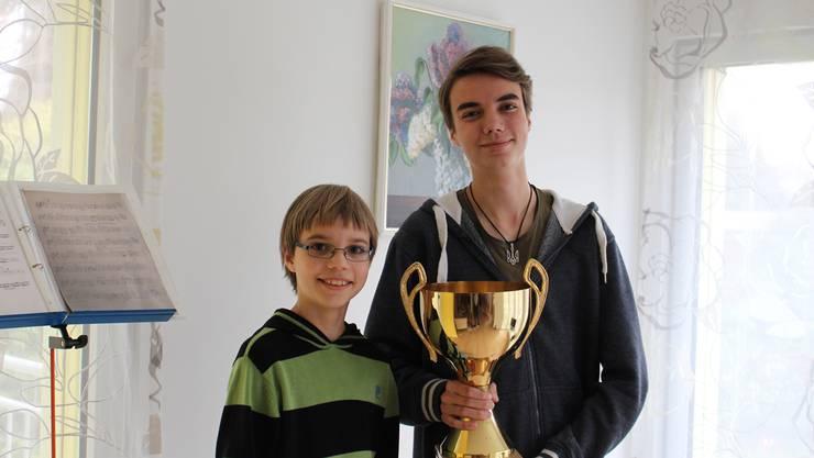 Für den Sieg gab es nur für den älteren der beiden Berchtold-Brüder einen Pokal. Freuen tun sich beide.