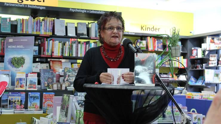 Iris Minder las aus ihrem neu erschienen Roman «Das Schattenvermächtnis» vor.