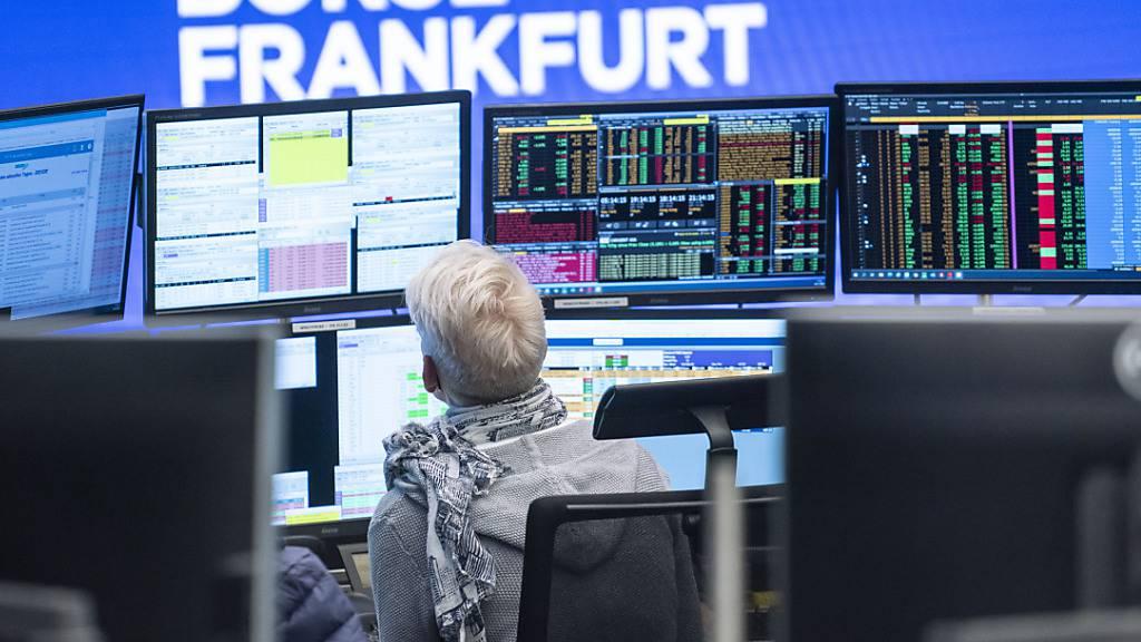 Der deutsche Aktienindex Dax legt weiter zu. Auftrieb gab zuletzt vor allem die Ankündigung zusätzlicher Staatsausgaben durch den künftigen US-Präsidenten Joe Biden. (Archivbild).