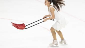 Aufräumarbeiten während des KHL-Abends im Hallenstadion.