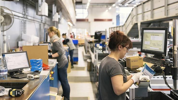 Online-Shopping ist mittlerweile ein flächendeckendes Phänomen - im Blick Mitarbeiterinnen des Online-Händlers Brack.ch. (Archivbild)