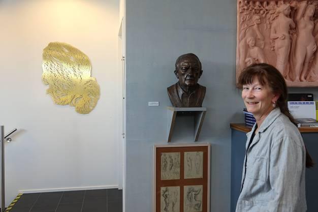 Ursula Rutishausers Messing-Haarschopf neben einer Bronzebüste von Eduard Spörri (Bild ub)