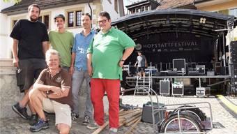 Die Bühne steht, gross ist die Vorfreude bei den Vertretern des OK (von links) Dominik Graf, Lukas Kuprecht, Markus Bolt, Hanspeter Stamm und (kniend) Beat von Burg.