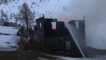Auf der Täschalp oberhalb Täsch ist eine als Ferienhaus genutzte Hütte abgebrannt. Die Bewohner konnten sich rechtzeitig in Sicherheit bringen.
