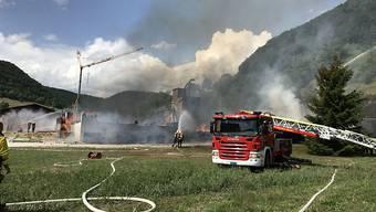 Ein Gebäude einer Zimmerei in Merishausen SH ist am Samstagnachmittag komplett abgebrannt - die Feuerwehr war mit einem Grossaufgebot vor Ort.