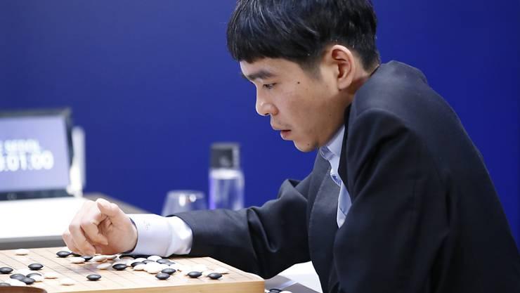Nachdem Go-Meisterspieler Lee Sedol am Samstag den verlorenen Match gegen AlphaGo nochmals durchgegangen ist, konnte er die Google-Software am Sonntag erstmals in dem Fünf-Spiele-Match schlagen.