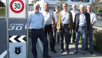 Verkehrskommission um Gemeindepräsident Hans Hefti (links), Gemeinderäte Kurt Schaltegger (2.v.l.) und Kerstin Moeller (Mitte) sowie Planer Peter Schneider (2.v.r.) bei der Tempo-30-Stele an der Unteren Bahnhofstrasse. (Bild Thomas Stöckli)