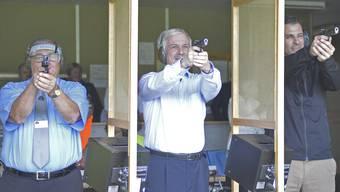 Treffsicherer Aargauer Grossratspräsident: Bernhard Scholl (Mitte) schoss mit der Pistole ein Kranzresultat, während Feldchef Werner Stauffer (links) nur wenig besser zielte als Nationalrat Thierry Burkart (rechts).