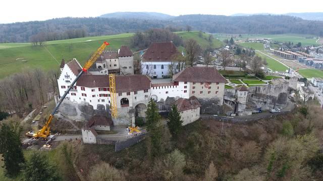 Schloss Lenzburg: Hier fliegt das erste Element des Riesenkrans an