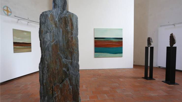 Die Werke von Bildhauerin Irma Bucher und Malerin Judith Nussbaumer im Chorraum der Alten Kirche.