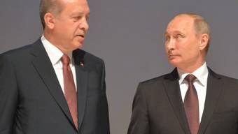 """War doch nicht bös gemeint, mögen sich der """"Sultan"""" Erdogan (links) und """"Zar"""" Putin gedacht haben, wie der türkische und der russische Staatschef von Spöttern bezeichnet werden. Offiziell versöhnt haben sich die beiden am Montag in Istanbul - nachdem sie sich im Sommer gegenseitig beleidigt hatten."""