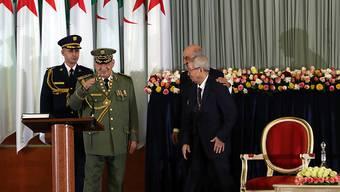 Der einflussreiche algerische Armeechef Ahmed Gaid Salah (2. von links) ist an den Folgen eines Herzinfarkts gestorben. (Archivbild)