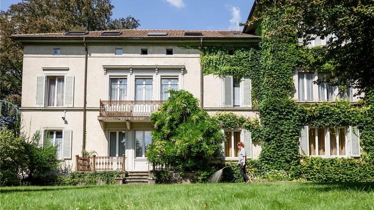 Auf dem Areal des Berufsbildungszentrums Niederlenz im Dorfzentrum steht diese Villa mitten in einem Park. Was mit dem Areal passiert, ist unklar. Archiv