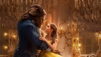 Erste Annäherung: Belle (Emma Watson) erkennt die innere Schönheit des Biests (Dan Stevens). Walt Disney Pictures