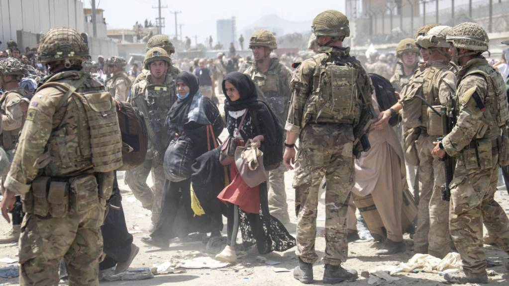 Britische und amerikanische Soldaten im Einsatz am Flughafen von Kabul.