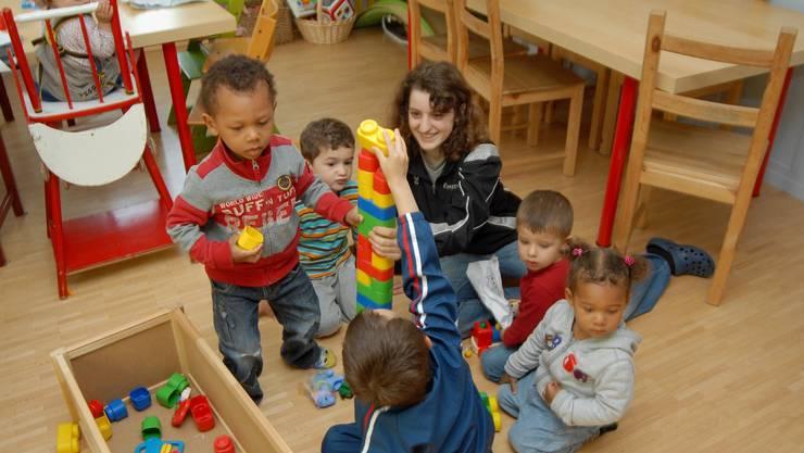 Alltag in der Kinderkrippe: Eine Praktikantin baut in der Kindertagesstätte Turgi einen Turm mit den Kindern.  (wal)