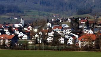 Der Sonnenschein wirkt wie ein Scheinwerfer auf Laupersdorf. Könnte sein, dass bald auch Steuerschuldner im Scheinwerferlicht stehen.
