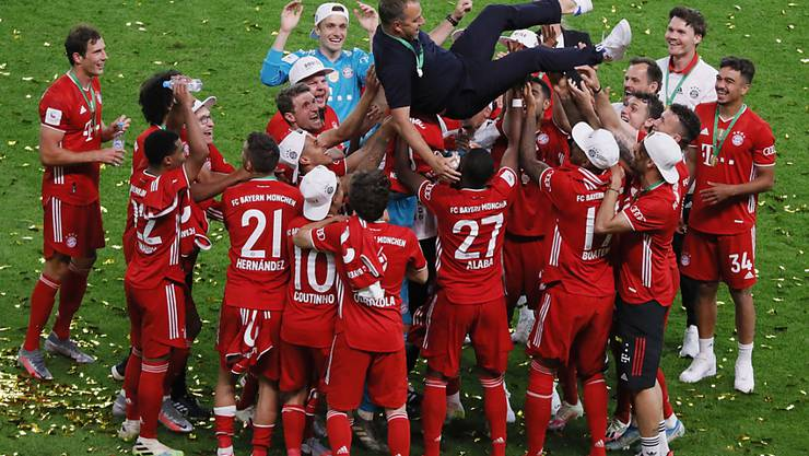 Geht es nach der DFL, sollen nicht mehr wie auf dem Bild nur die Akteure (Bayerns Spieler und Trainer Hansi Flick beim Cupsieg), sondern bald auch Fans im Stadion wieder mitjubeln dürfen
