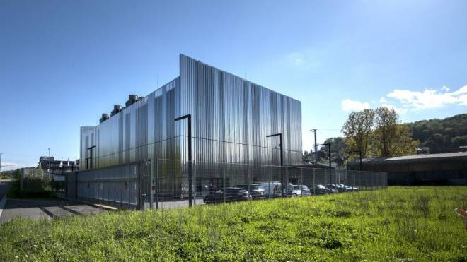 Der geheimnisvoll schimmernde Datacube ist ein Rechenzentrum der Superlative. 24 Millionen Franken hat der Bau in Münchenstein BL gekostet. Foto: Kenneth Nars