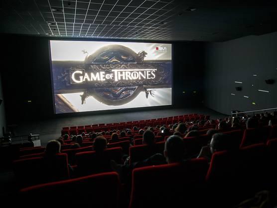 """Zuschauer im Kino Pathé in Genf bei der Ausstrahlung der letzten """"Game of Thrones""""-Episode in der Nacht auf Montag."""