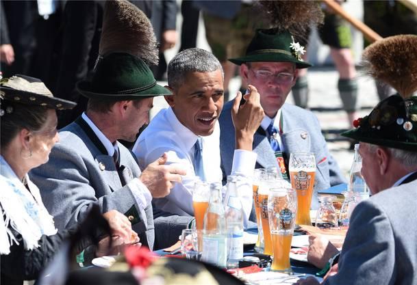 Auf ein Weissbier mit dem Präsidenten: Barack Obama im Gespräch mit (ausgewählten) Einheimischen im bayrischen Krün.