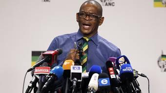 ARCHIV - Der Generalsekretär des regierenden Afrikanischen Nationalkongresses (ANC), Ace Magashule, spricht bei einem Briefing im ANC-Hauptquartier. Im Kampf gegen die Korruption im Land hat sich am 13.11.2020 Magashule vor einem Gericht verantworten müssen. Foto: Themba Hadebe/AP/dpa