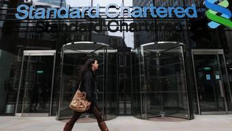 Das Logo der Standard Chartered an einer Filiale in London (Archiv)