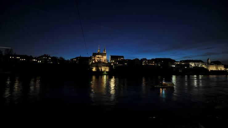 Zwischen der Wettsteinbrücke und der Mittleren Brücke liegt das Grossbasler Rheinufer im Dunkeln. Die Silhouette kommt so wenig zur Geltung.