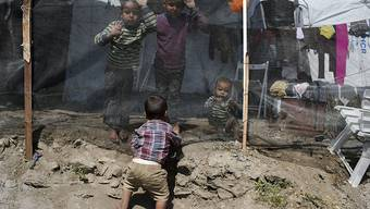 Kinder spielen in einem Flüchtlingscamp auf Lesbos. In den für insgesamt rund 6300 Menschen ausgelegten Registrierlagern auf den griechischen Inseln Lesbos, Chios, Samos, Leros und Kos leben bereits mehr als 20'000 Menschen. (Archivbild)