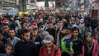 Tausende Flüchtlinge sind am Sonntag nach einer langen Reise in München aus dem Zug gestiegen.