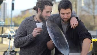 Christian Rüegg (links) und Remo Scherrer werden in den kommenden Wochen gemeinsam mit fünf anderen Freiämtern Suppe für Menschen auf der Flucht kochen.