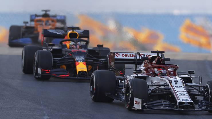Max Verstappen im Red Bull (im Windschatten von Kimi Räikkönen) kam mit der rutschigen Strecke in Istanbul am besten zurecht