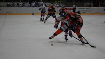 Die Urdorfer lieferten sich mit den Bassersdorfern einen harten Kampf, wie hier Noel Gander (r.) gegen Andreas Studer.
