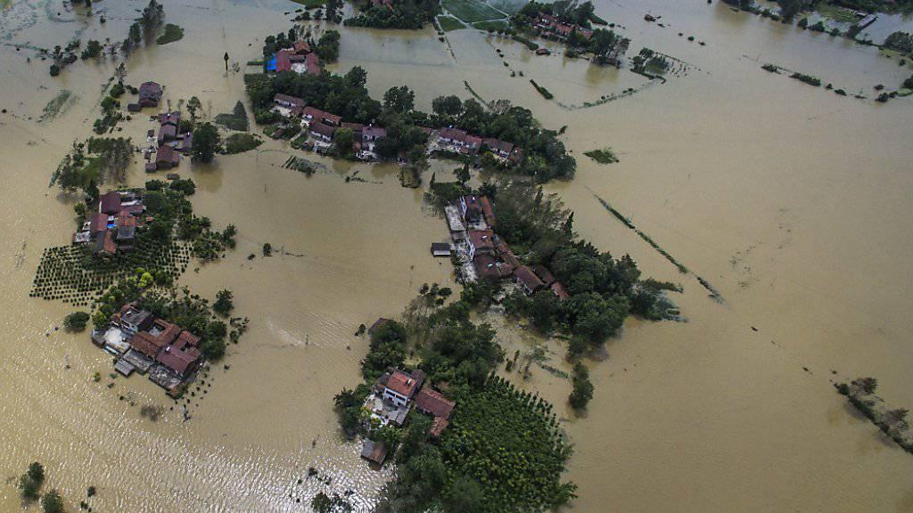 In China stehen nach heftigen Regenfällen ganze Dörfer unter Wasser - rund 100 Menschen kamen bei den Überschwemmungen bisher ums Leben. (Archiv)