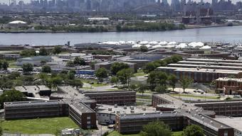 Die New Yorker Gefängnisinsel Rikers Island vor der Skyline von Manhattan. (Archiv)