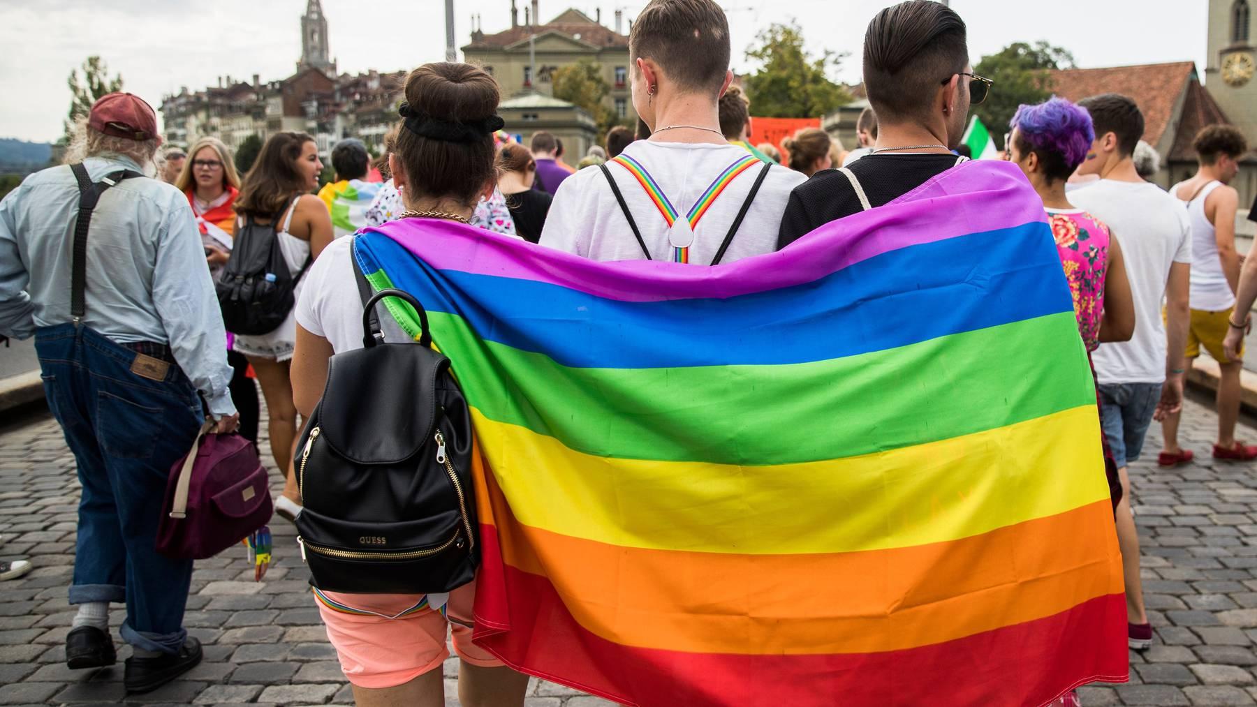 Heute gilt der Diskriminierungsschutz nur aufgrund der Rasse, Ethnie oder Religion. Neu soll auch die sexuelle Orientierung geschützt werden.