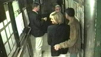 Die letzten Bilder von Diana: Zusammen mit Dodi Al-Fayed (r.), Bodyguard Trevor Rees-Jones (l.) und Fahrer Henri Pau verlässt die Prinzessin das Ritz