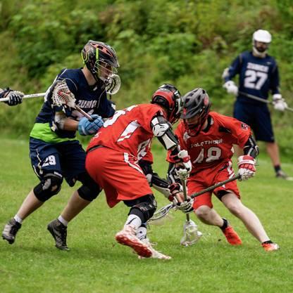 """Die Solothurner erkämpfen sich gegen den amtierenden Meister einen sogenannten """"Groundball"""". (Bild: delevenphotography.com)"""
