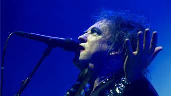 Cure-Sänger Robert Smith liess in der St. Jakobshalle seine Texte für sich sprechen. Zwischen den Songs sagte er kaum etwas. GEORGIOS KEFALAs/Keystone
