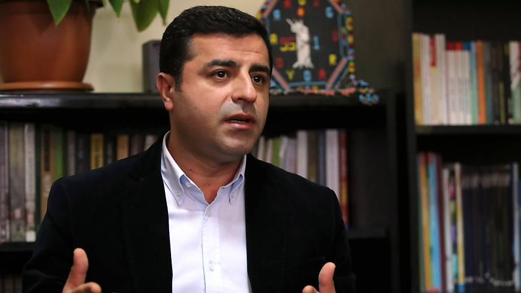 Die Staatsanwaltschaft hat mit einem neuen Haftbefehl gegen den prokurdischen Politiker Demirtas verhindert, dass dieser nach fast drei Jahren Gefängnis freikommt. (Archivbild)